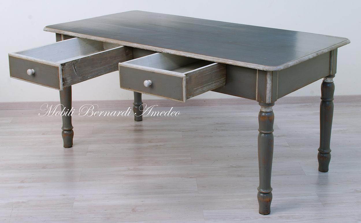 Tavolo vecchio con gambe tornite decapato grigio e bianco