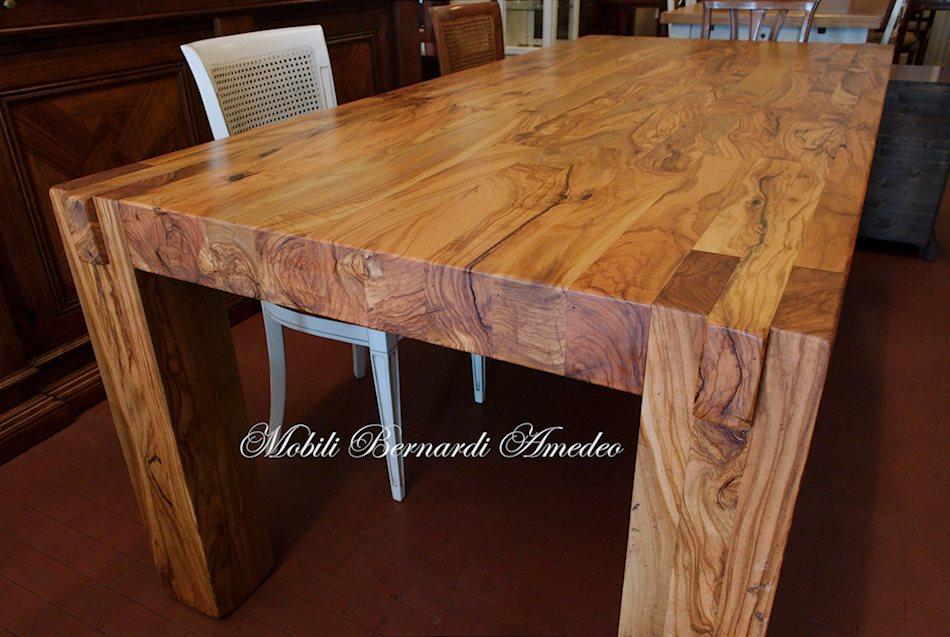 Il tavolone in foto pesa circa 250 Kg (il legno di olivo ha un elevato ...