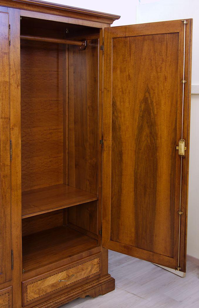 Tavolini Noce : Armadi in legno di noce massello