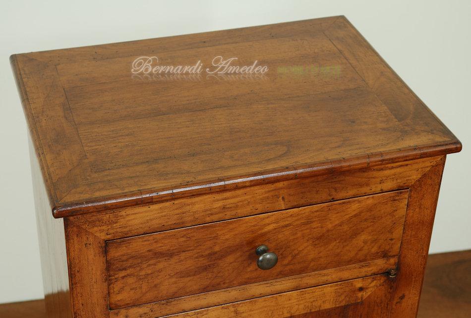 Comodini e tavolini in legno vecchio | Tavolini