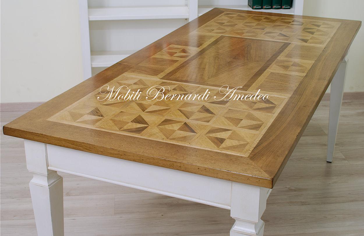 Tavoli scrittoi in legno massello tavoli for Tavolo legno intarsiato
